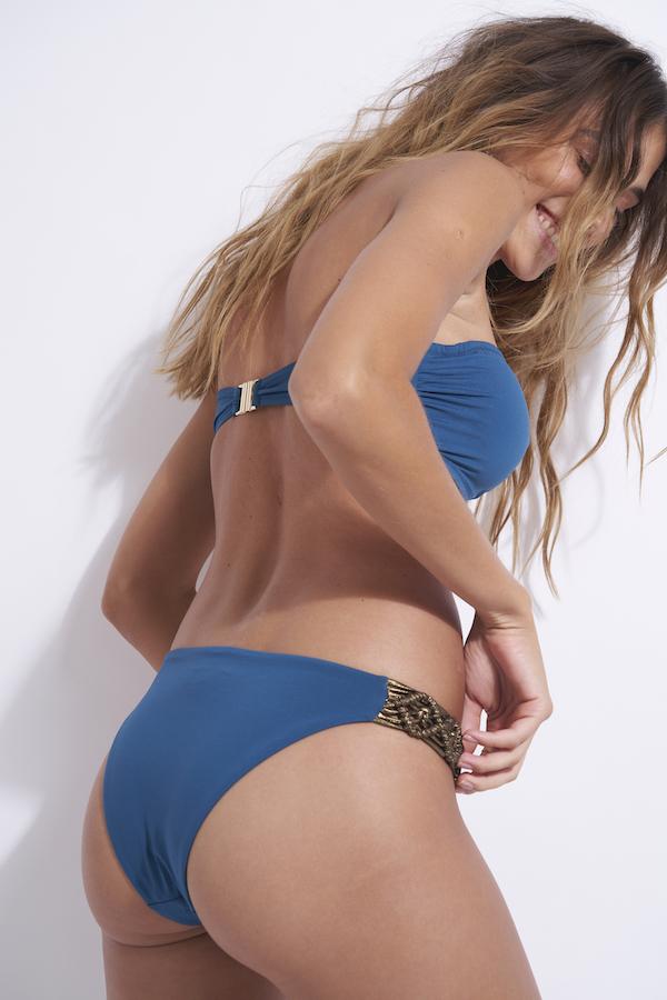 dos du maillot de bain bandeau 2 pièces avec détail en or en bleu python Nina